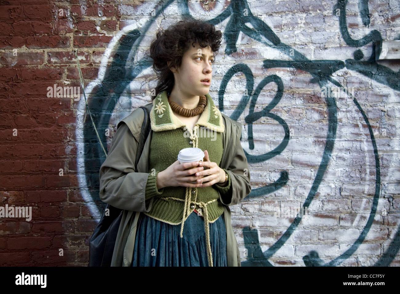 Giovane donna con una tazza di caffè, Brooklyn, New York. Immagini Stock