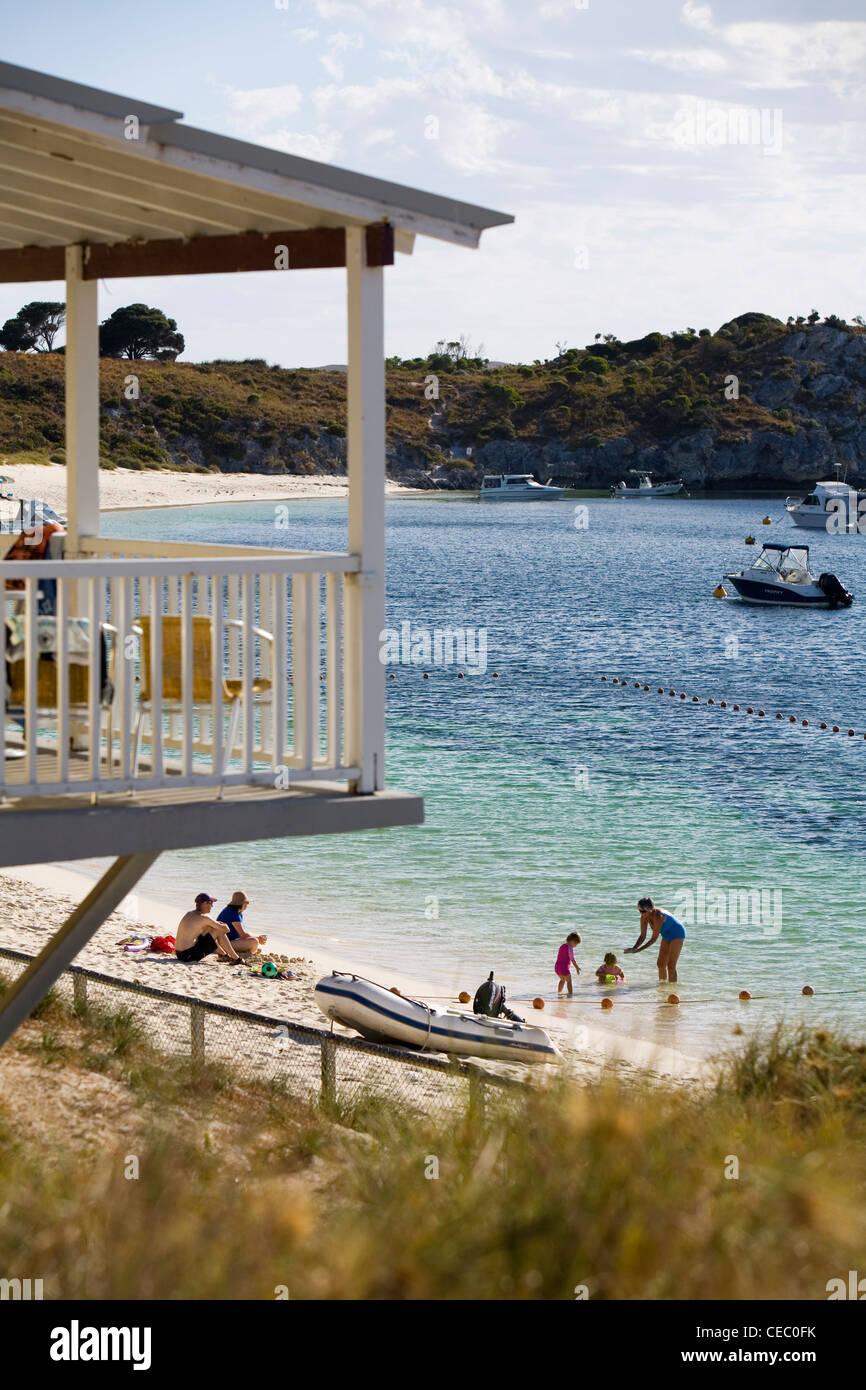 Famiglia godendo il tempo in spiaggia a Geordie Bay - un popolare luogo di vacanza sull'Isola di Rottnest, Australia Immagini Stock