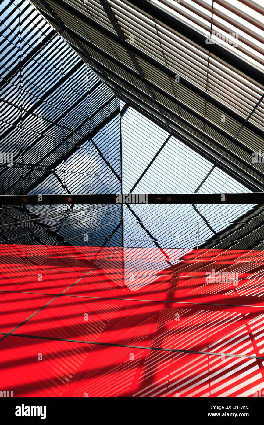 Abstract la costruzione di linee, riflessi e ombre Immagini Stock