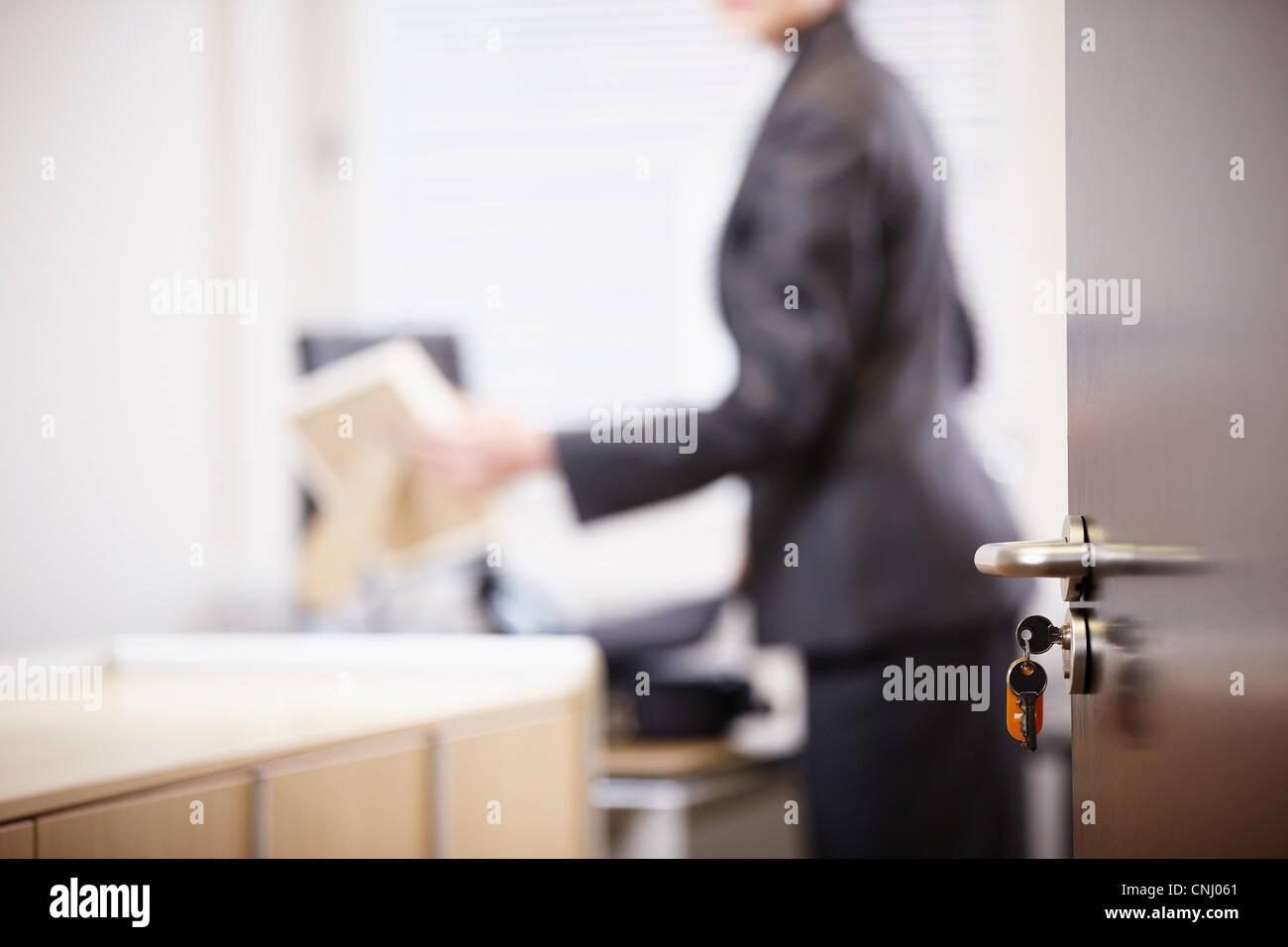 Imprenditrice nel nuovo ufficio, la messa a fuoco su oggetti in primo piano Immagini Stock