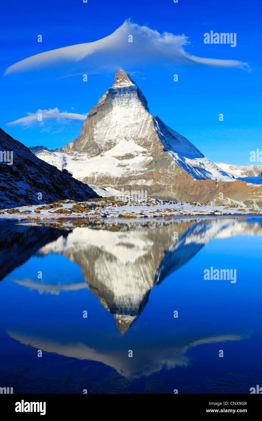 Matterhorn refelcting nel lago Riffel, Riffelsee, Svizzera Vallese Immagini Stock