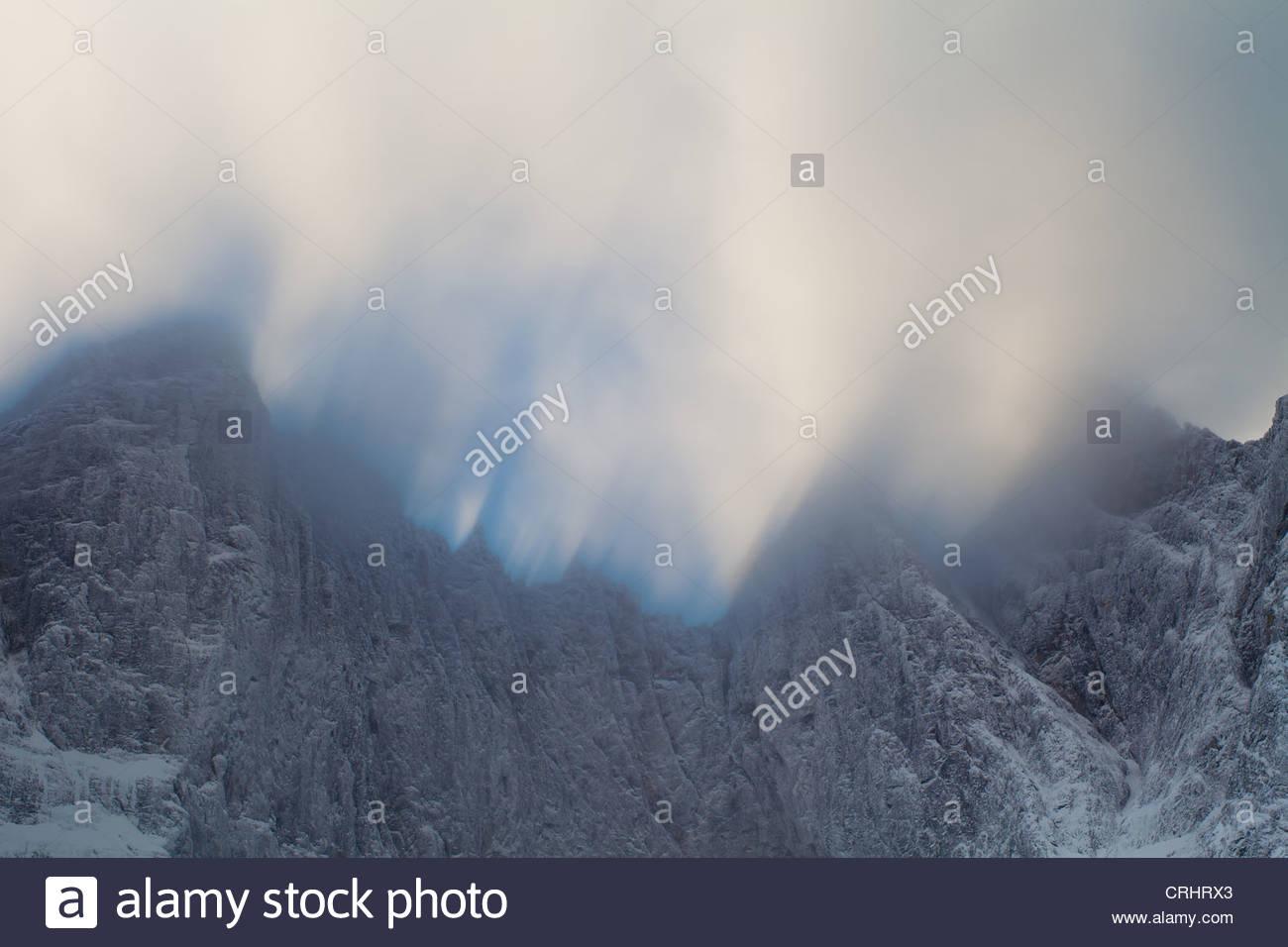 Venti alti e la deriva nuvole sopra i 3000 piedi verticale Parete Troll nella valle Romsdalen, Møre og Romsdal, Immagini Stock