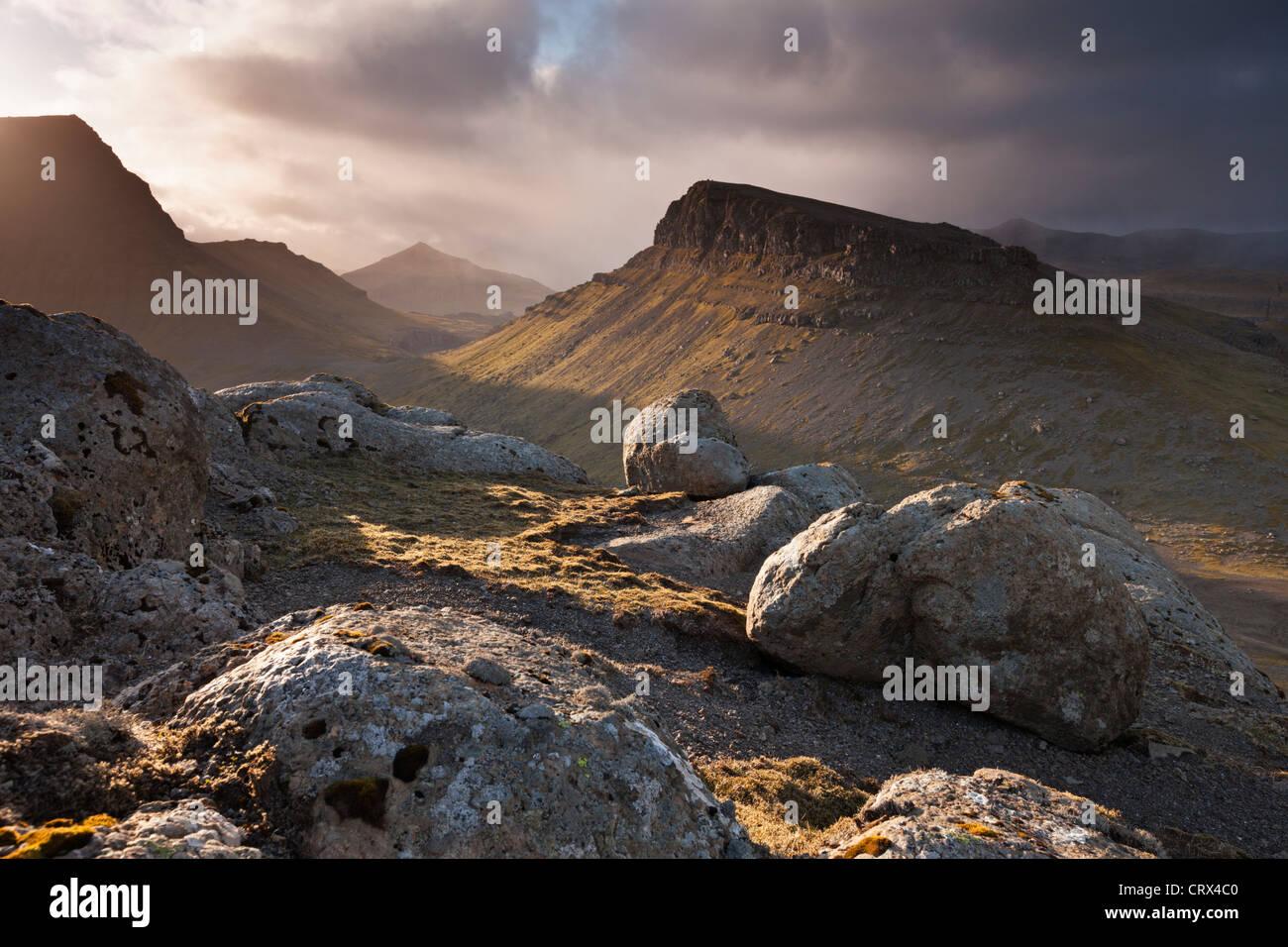 Montagnoso entroterra dell isola di Streymoy, una delle isole Faerøer. Molla (giugno 2012). Immagini Stock