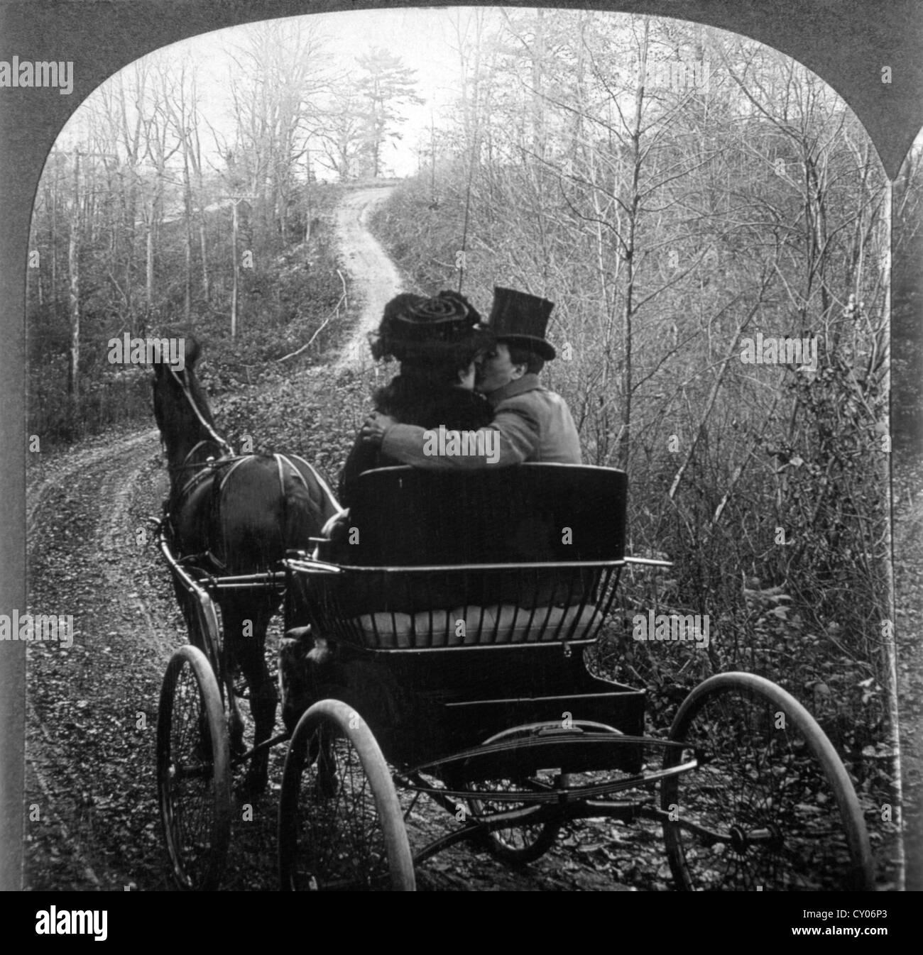 L uomo e la donna in un carro trainato da cavalli, vista posteriore, fotografia stereo, circa 1901 Immagini Stock