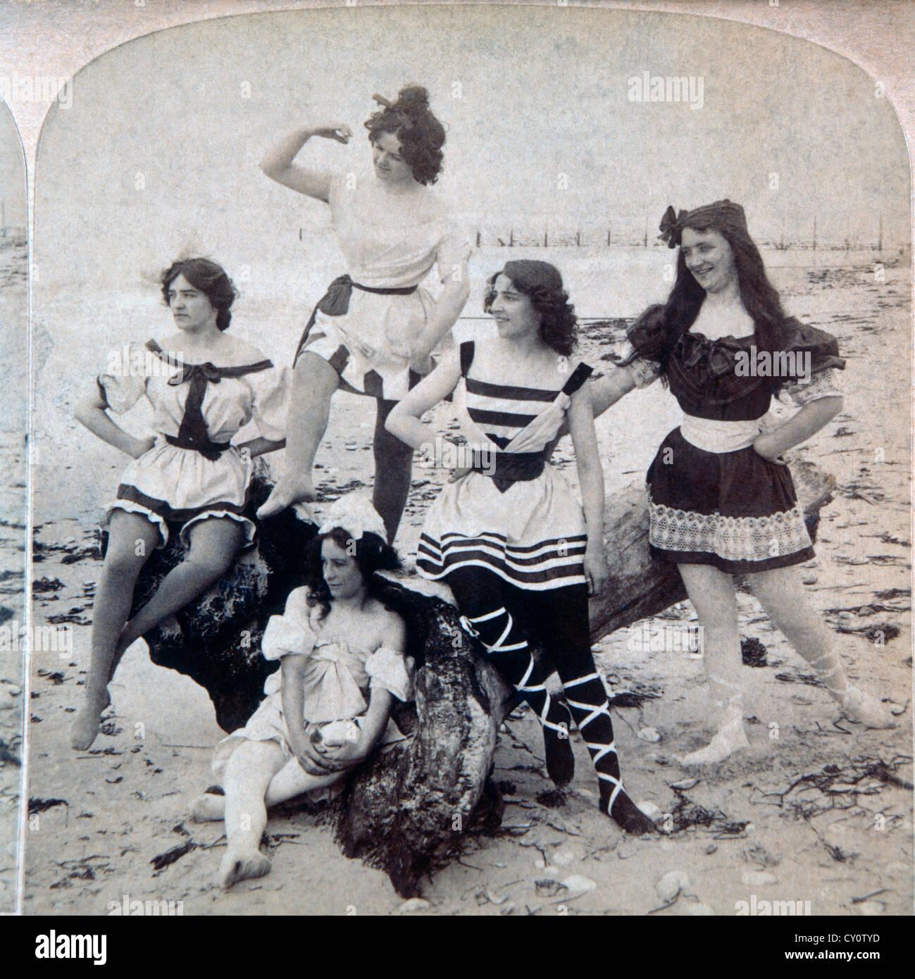 Cinque donne a Beach STATI UNITI D'AMERICA, Stereo albume fotografia, circa 1897 Immagini Stock