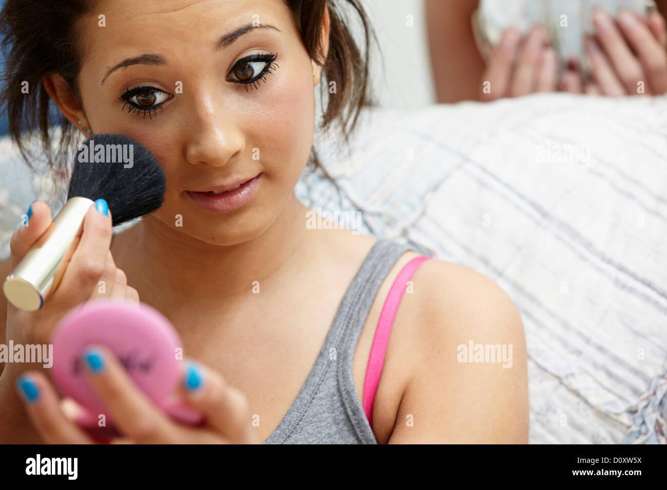 Ragazza adolescente di applicare il trucco Immagini Stock