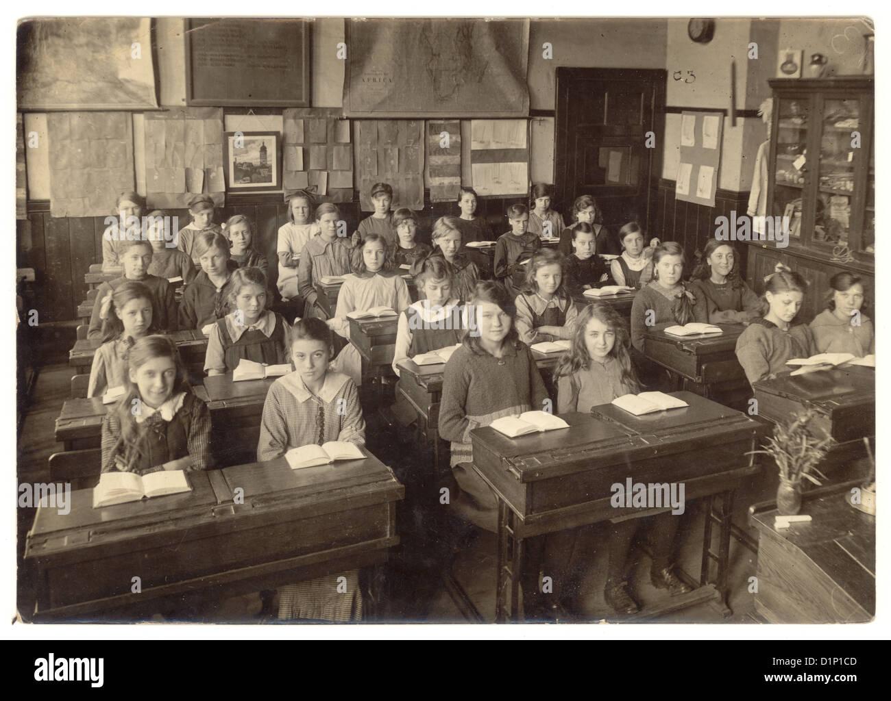Scuola di fotografia junior ragazze seduti alla scrivania con libri aperti in Aula - 1930, U.K. Immagini Stock