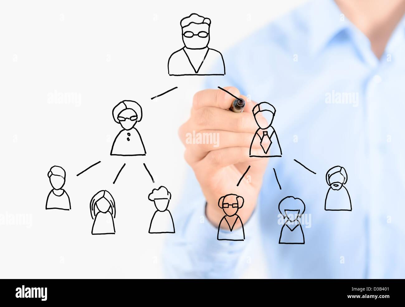 Imprenditore disegno multi level marketing scheme. Isolato su bianco. Immagini Stock