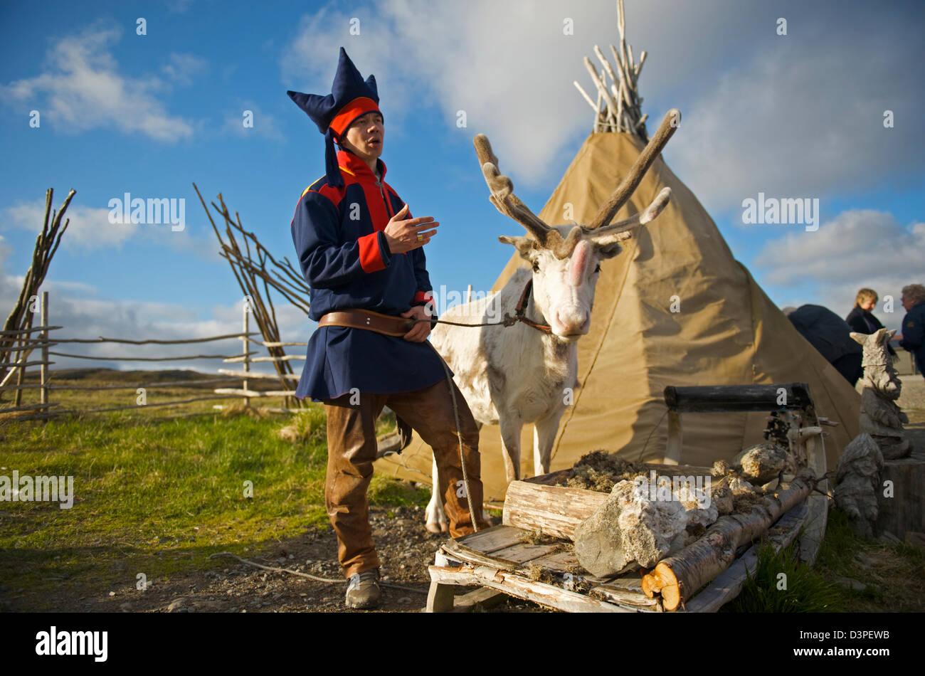 Laplander e tenda a Capo Nord Immagini Stock