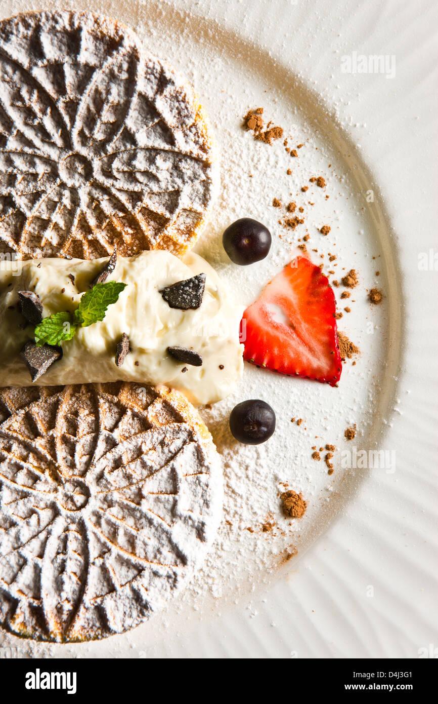 In casa Wafers con crema di ricotta preparata da Marcello Russodivito, chef proprietario di Marcello del gruppo. Immagini Stock