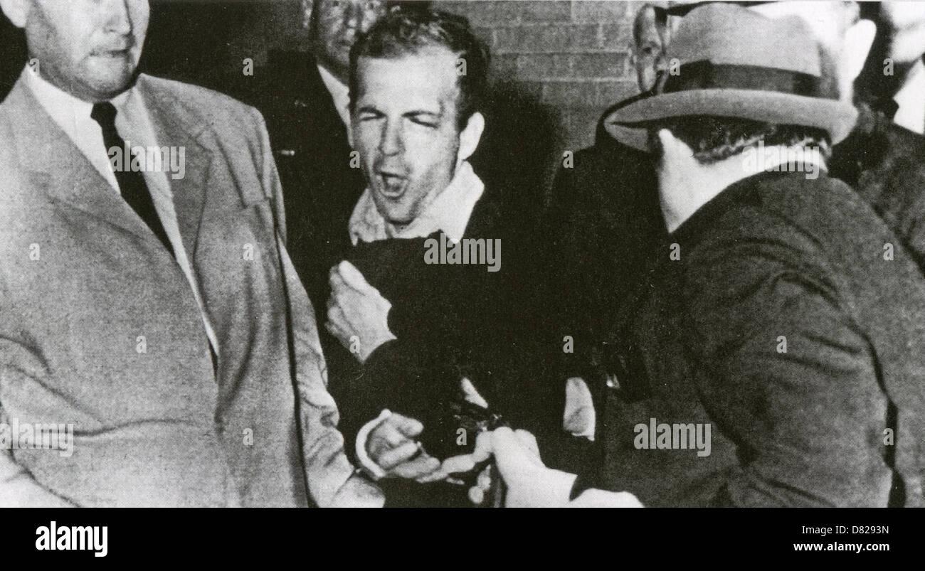LEE Harvey Oswald (1939-1963) è girato da Jack Ruby nel seminterrato della polizia di Dallas HQ, 24 novembre Immagini Stock