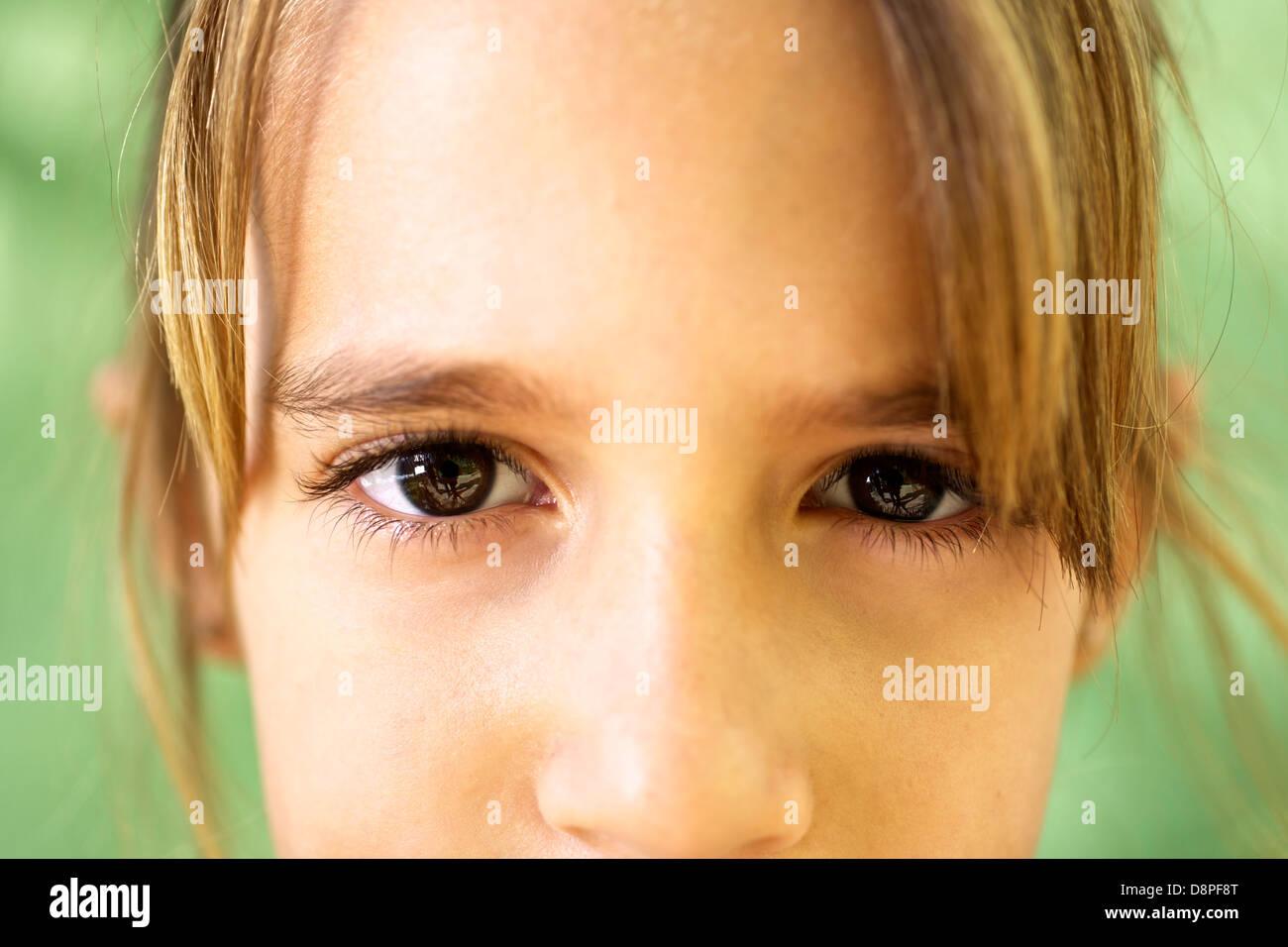 I giovani e le emozioni, ritratto di grave ragazza guardando la fotocamera. Primo piano degli occhi Immagini Stock