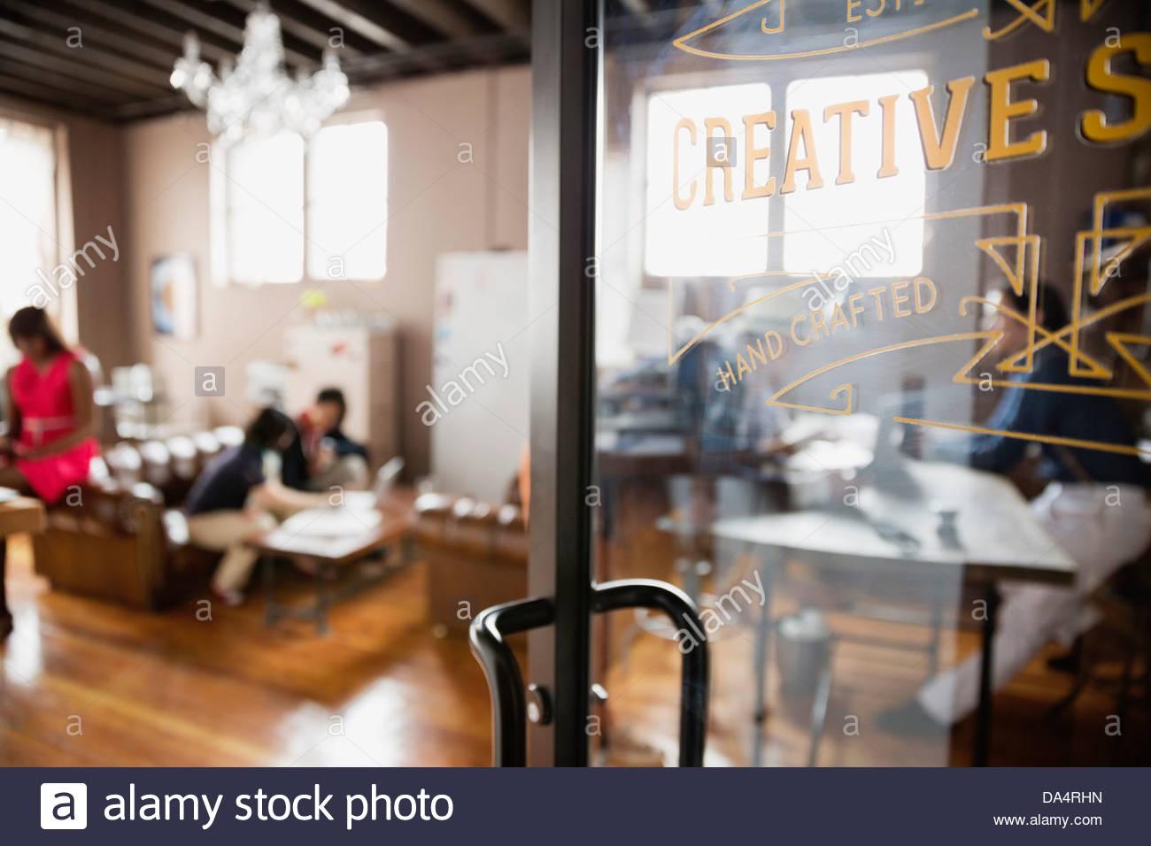 Close-up di porta in creative spazio in ufficio Immagini Stock