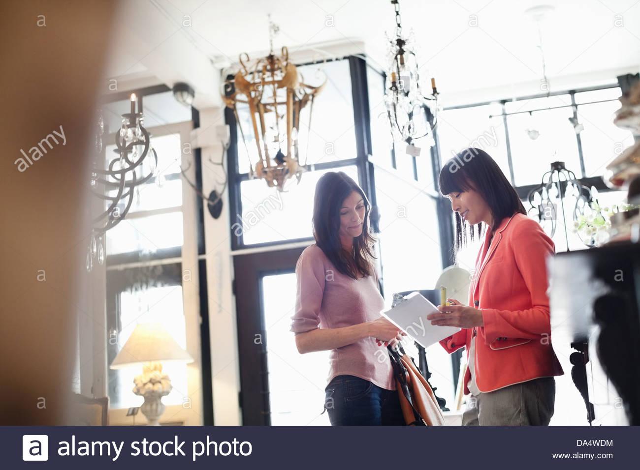 Femmina proprietario business aiutando il cliente a furniture store Immagini Stock