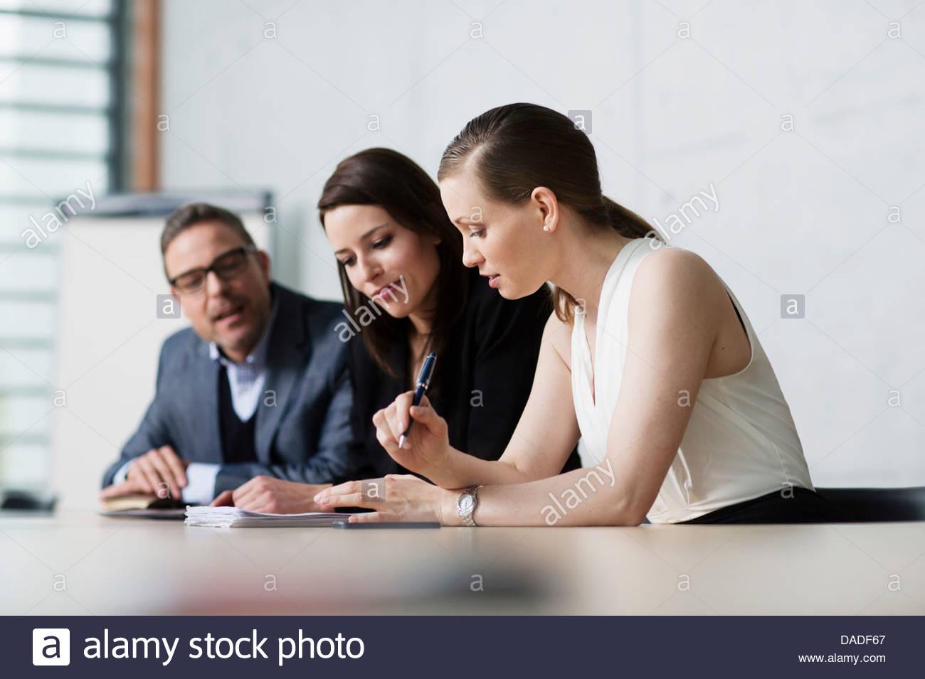 Tre persone in riunione Immagini Stock