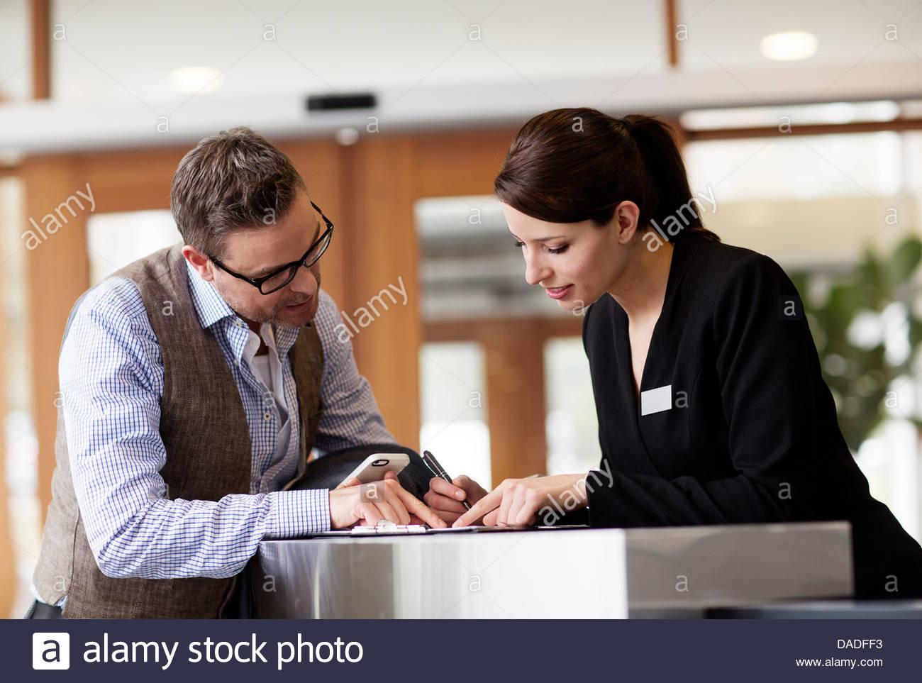 Uomo e donna che guarda in basso Immagini Stock