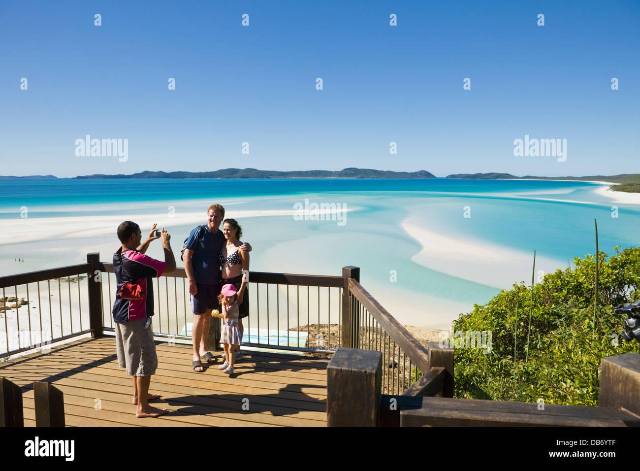 La famiglia presso il panoramico Belvedere affacciato sulla collina di ingresso e di Whitehaven Beach. Whitsunday Immagini Stock