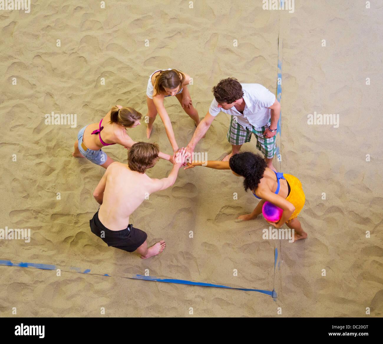 Vista aerea del team amici parlare in piscina beach volley Immagini Stock