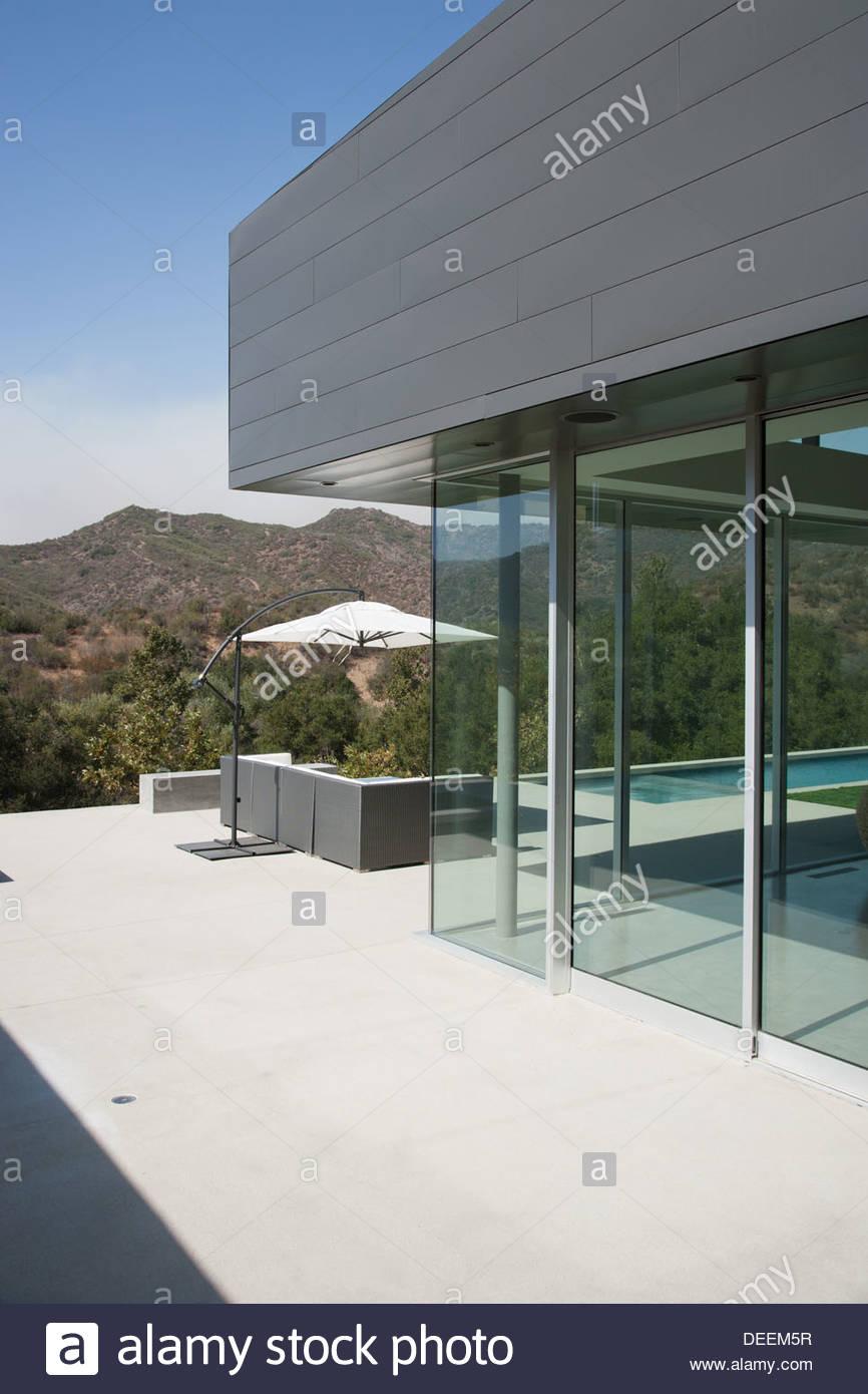Esterno della casa moderna foto immagine stock 60559459 for Casa moderna bianca esterno