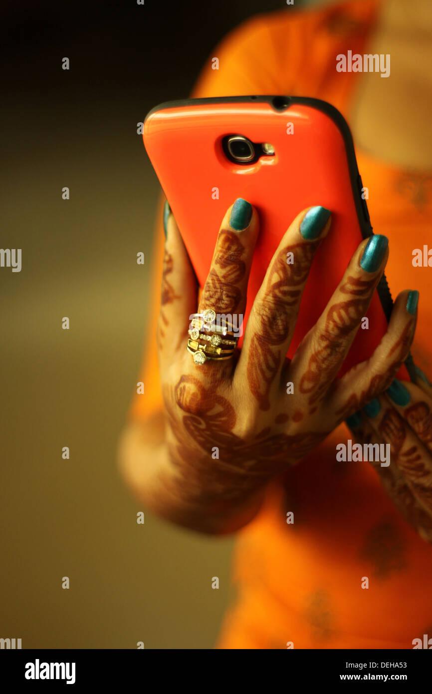Ritratto di giovane donna attraente controllo telefono cellulare Immagini Stock