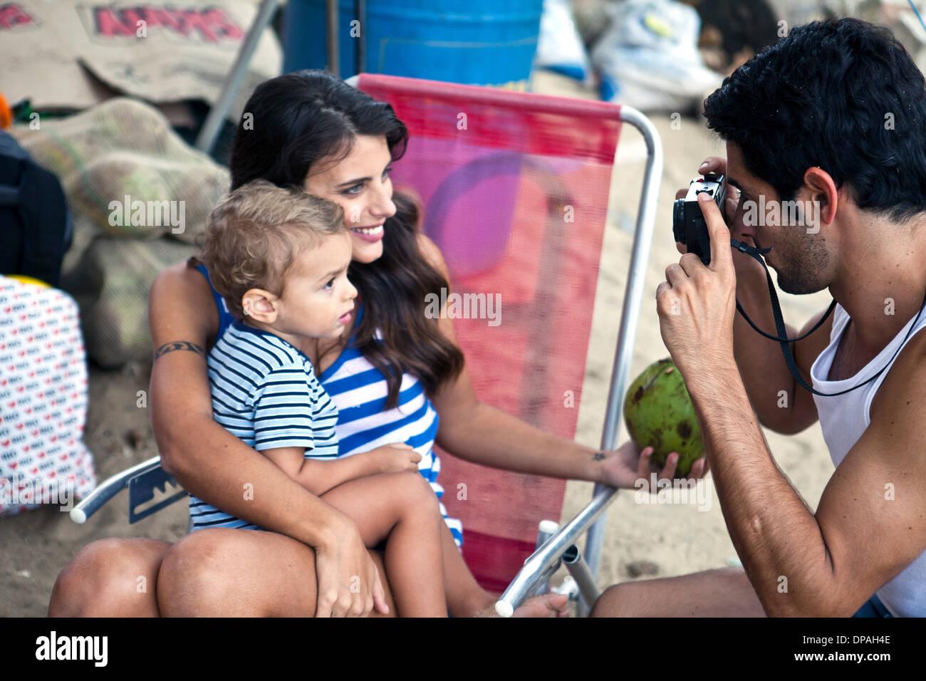 Madre e figlio padre tenendo fotografia Immagini Stock