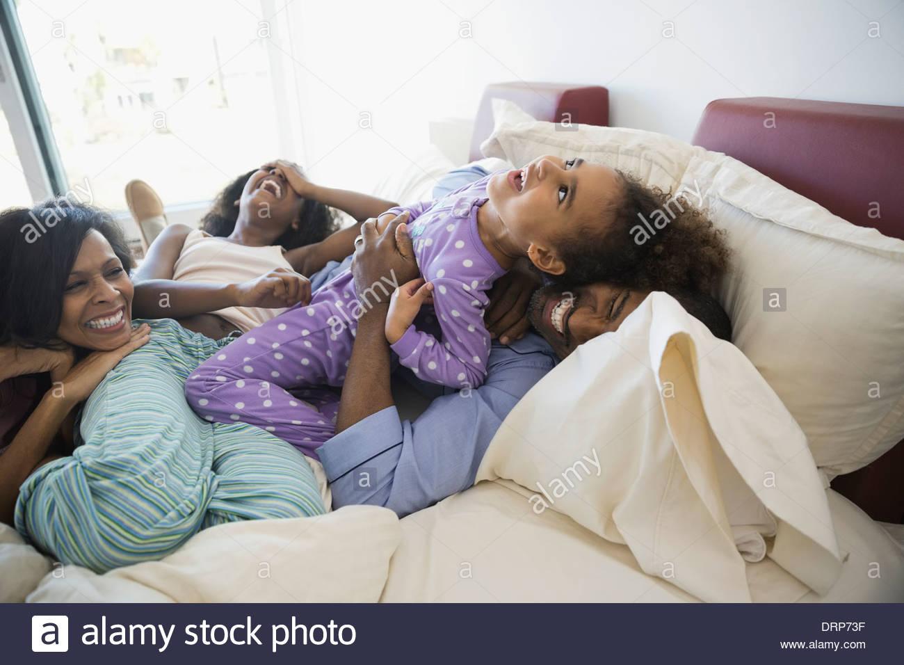 Famiglia giocoso in letto Immagini Stock