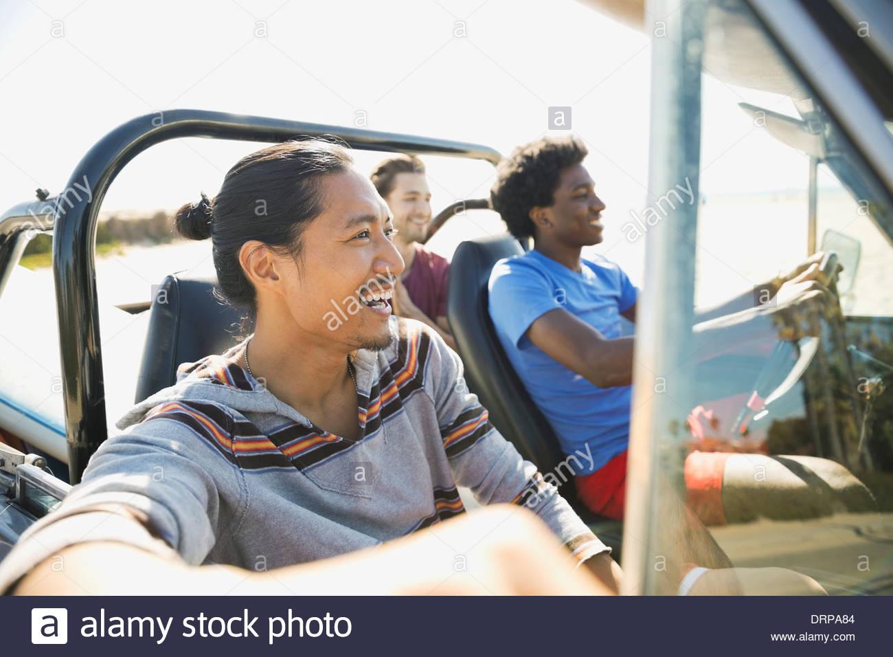 Amici maschi godendo di viaggio su strada Immagini Stock