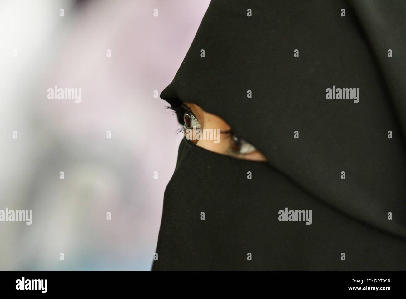 Quezon, Filippine. Il 1° febbraio 2014. Una donna musulmana che indossa una faccia piena Hijab assiste il mondo Immagini Stock