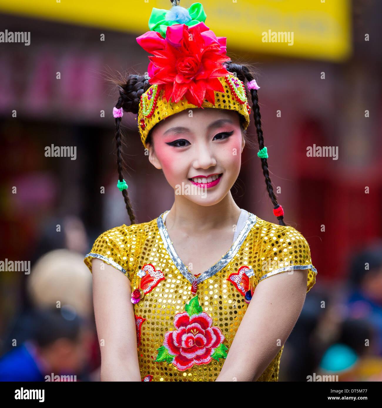 Bella ragazza cinese sfilate presso il nuovo anno lunare Festival in Chinato Immagini Stock