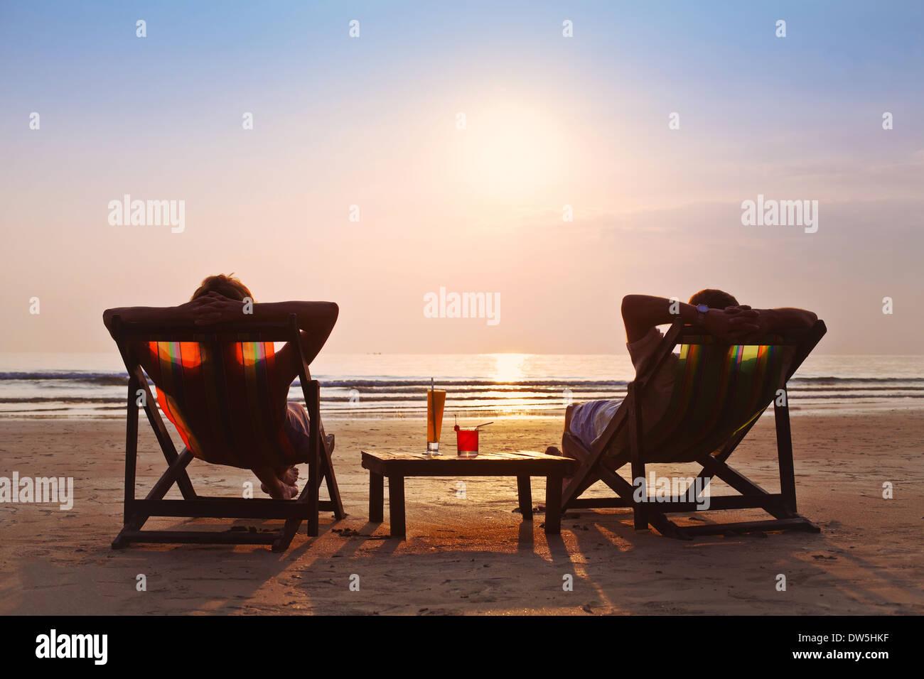 Coppia felice Godetevi il tramonto sulla spiaggia Immagini Stock
