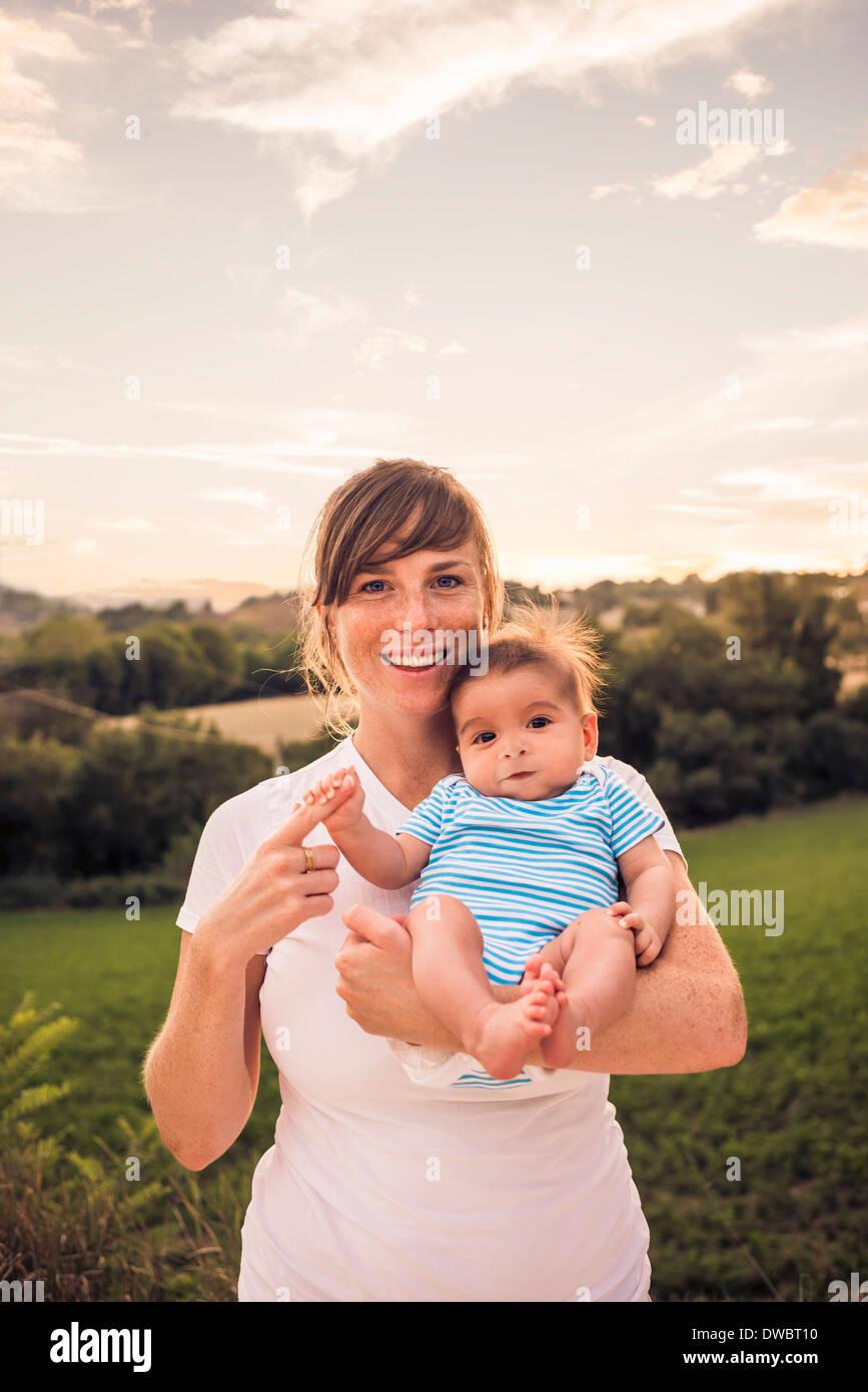 Ritratto di bambina di presa delle dita delle madri Immagini Stock