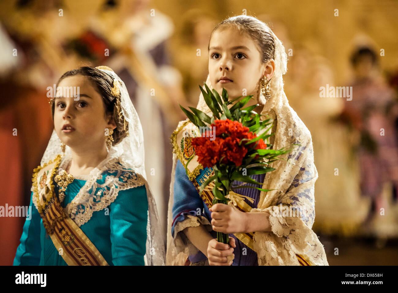 Valencia, Spagna. Marzo 18th, 2014: un po' di Fallera offre finalmente il suo bouquet di fiori alla Vergine Immagini Stock