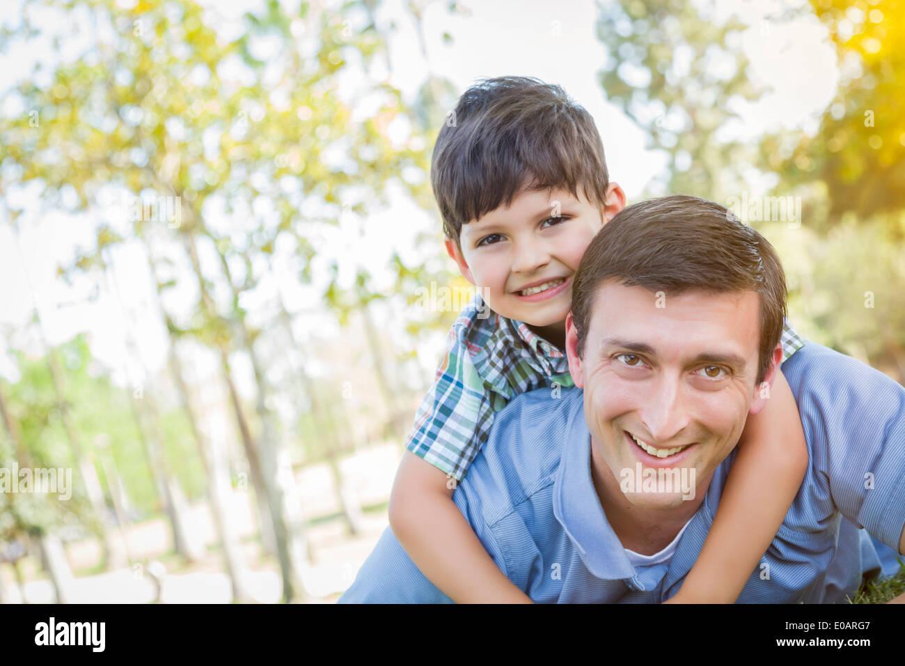 Razza mista il Padre e il Figlio insieme giocando nel parco. Immagini Stock