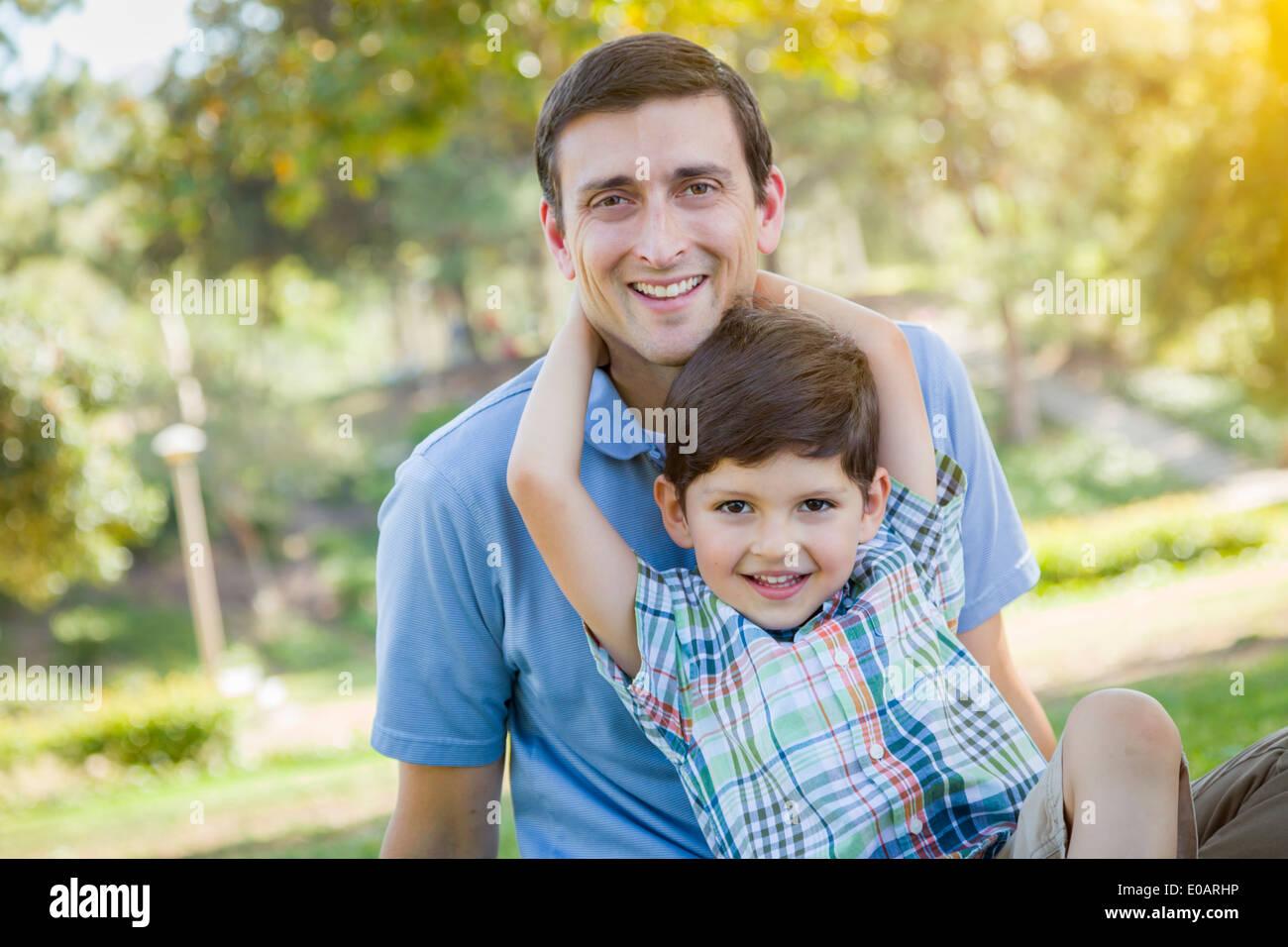 Bella gara di misto padre e figlio giovane ritratto nel parco. Immagini Stock
