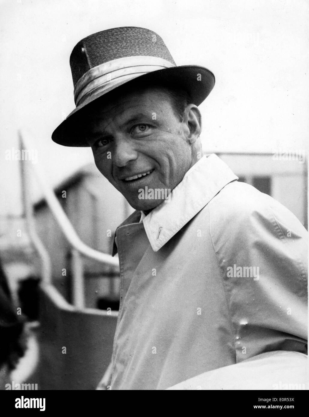 Close-up di Frank Sinatra come egli arriva all'Aeroporto di Londra Heathrow Immagini Stock