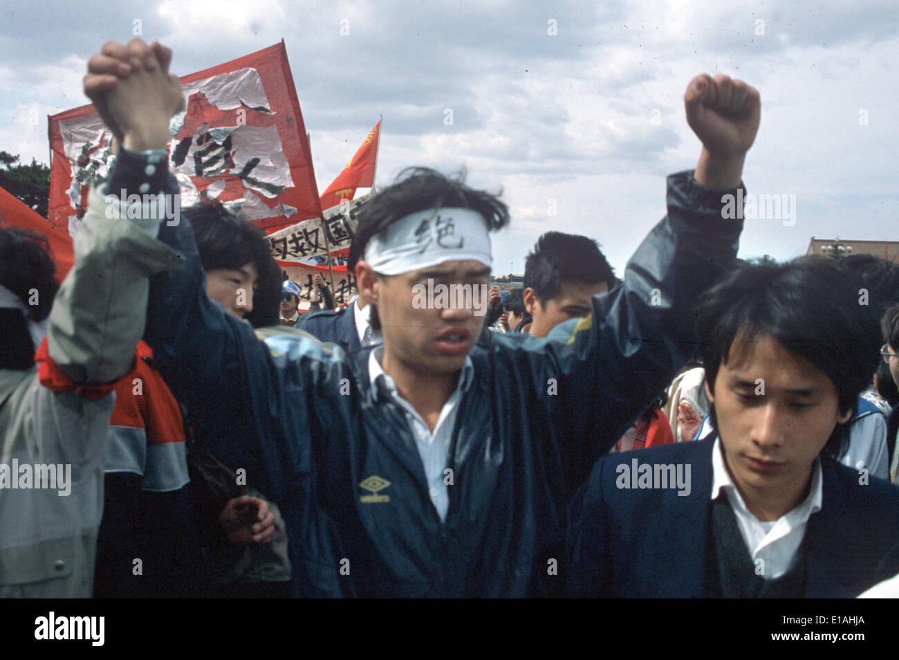 (FILE) - Un archivio foto, datata 13 maggio 1989, mostra leader delle proteste degli studenti Wuer Kaixi protestando Immagini Stock