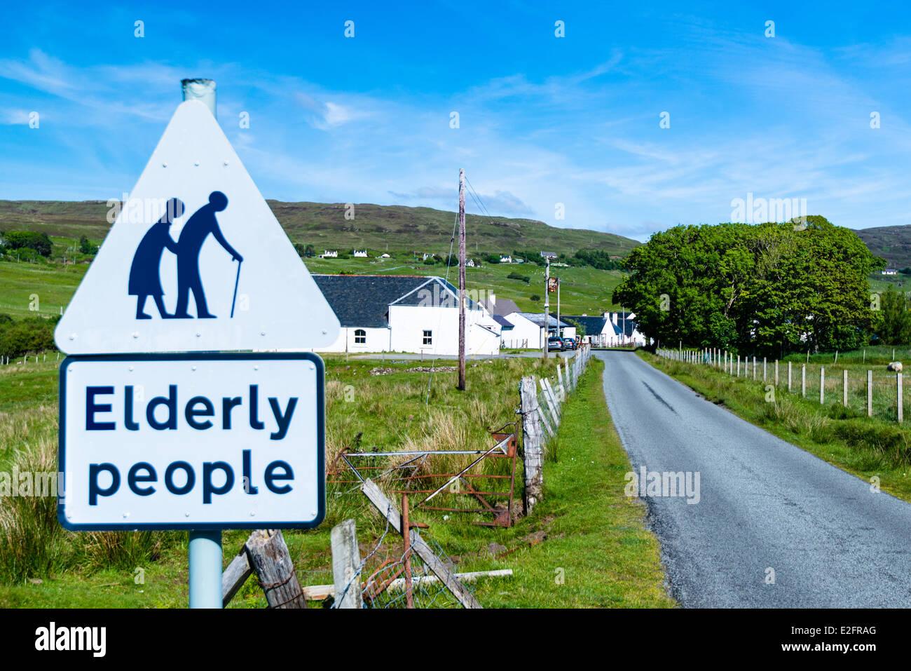 Segno di traffico per prestare attenzione per persone anziane Immagini Stock