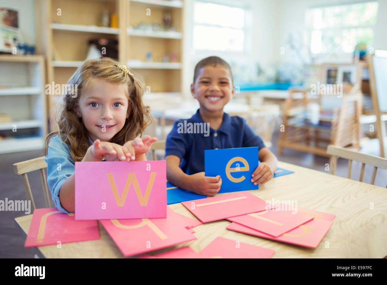 Gli studenti titolari di lettere in aula Immagini Stock