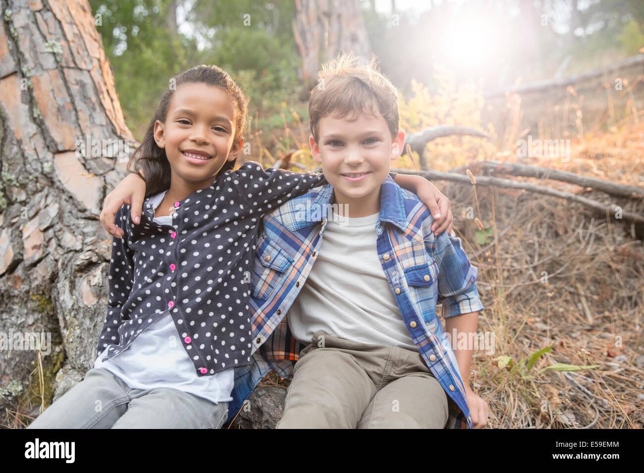 Bambini seduti insieme all'aperto Immagini Stock
