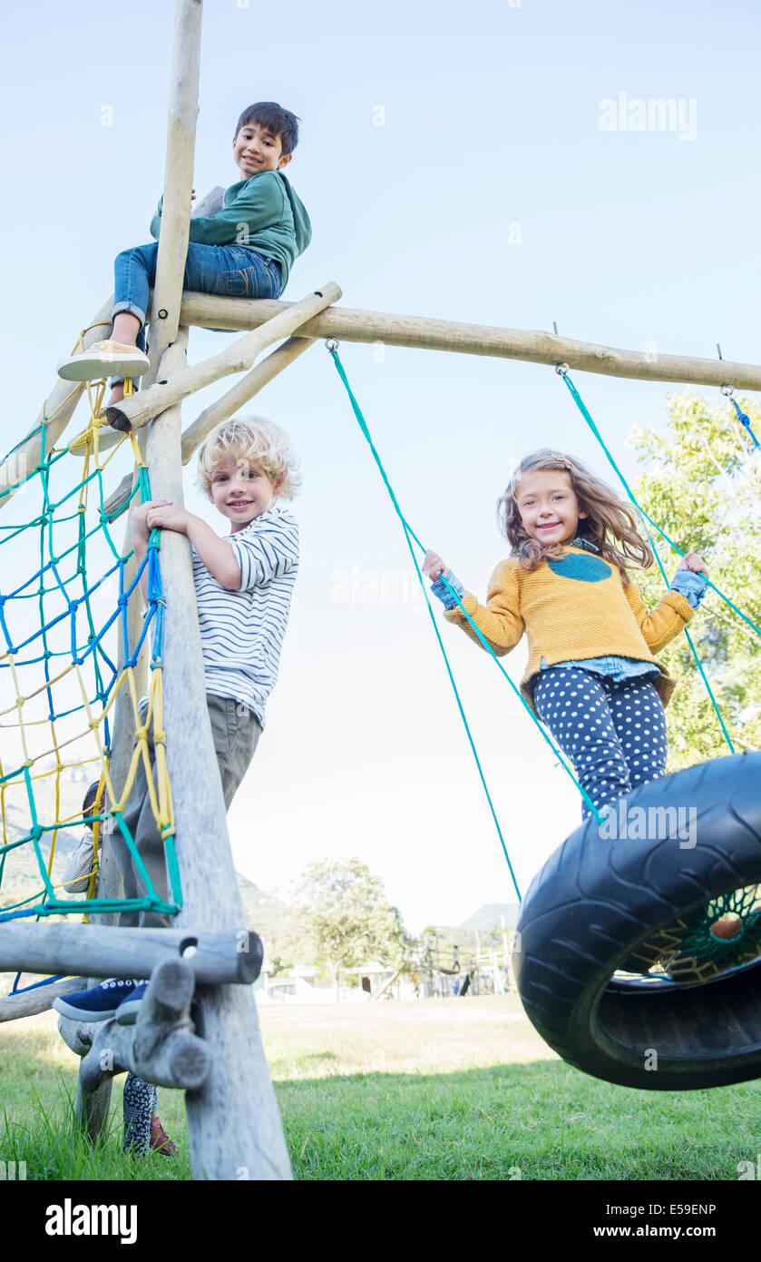 Bambini che giocano sulla struttura di gioco Immagini Stock