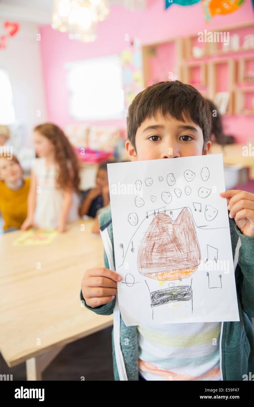 Lo studente che mostra il disegno in aula Immagini Stock