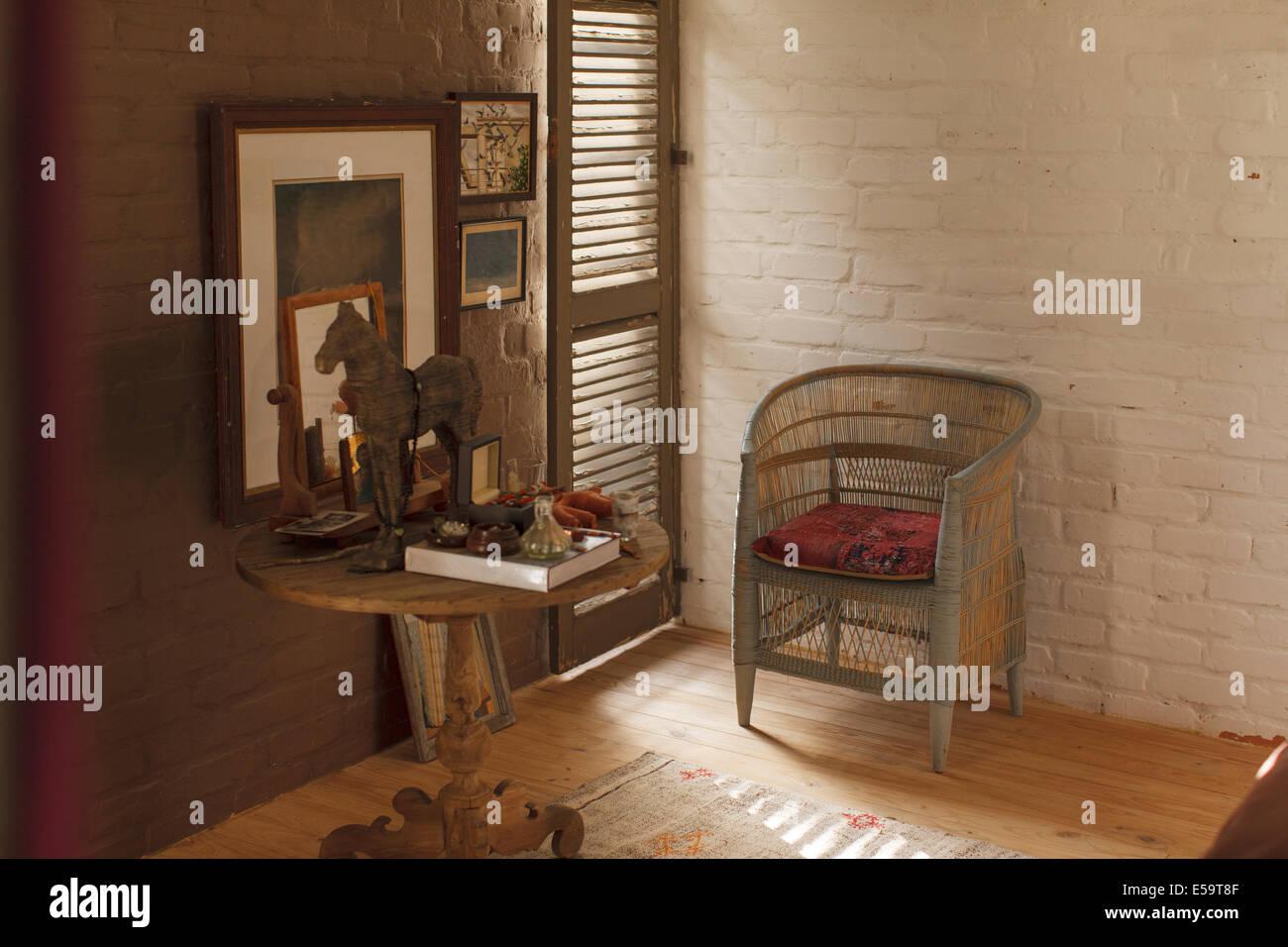 Tavolo laterale e decorazioni in camera da letto in stile rustico foto immagine stock - Decorazioni camera da letto ...