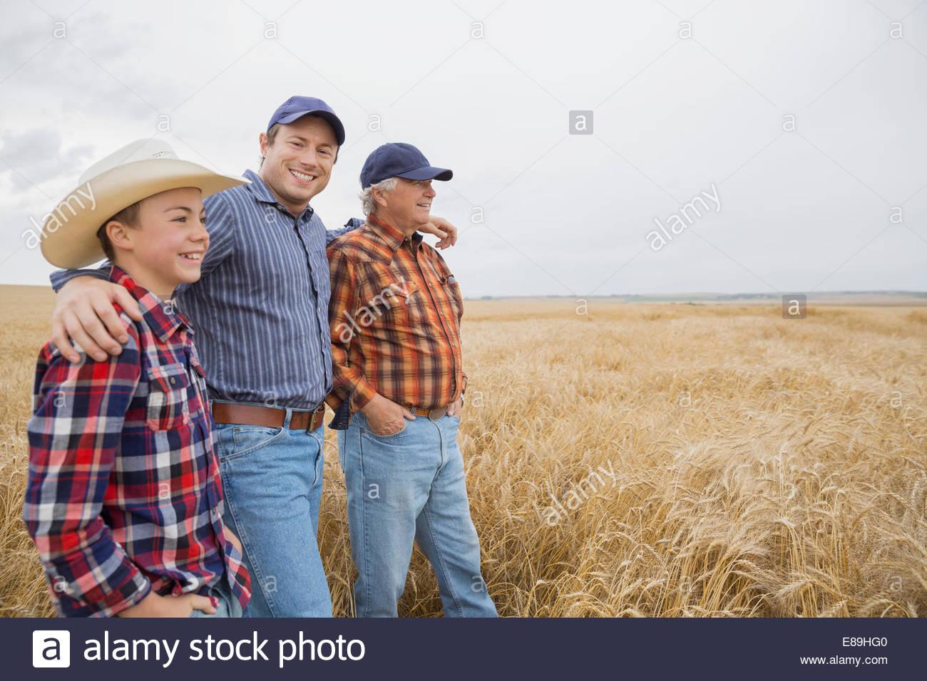 Multi-generazione di uomini in campo di grano Immagini Stock