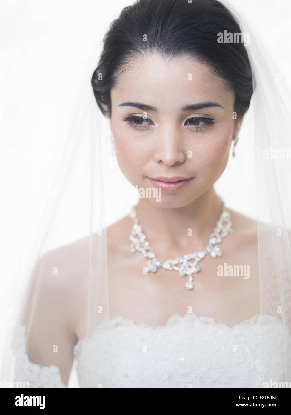 Razza mista, Asian / American sposa in bianco abito da sposa Immagini Stock