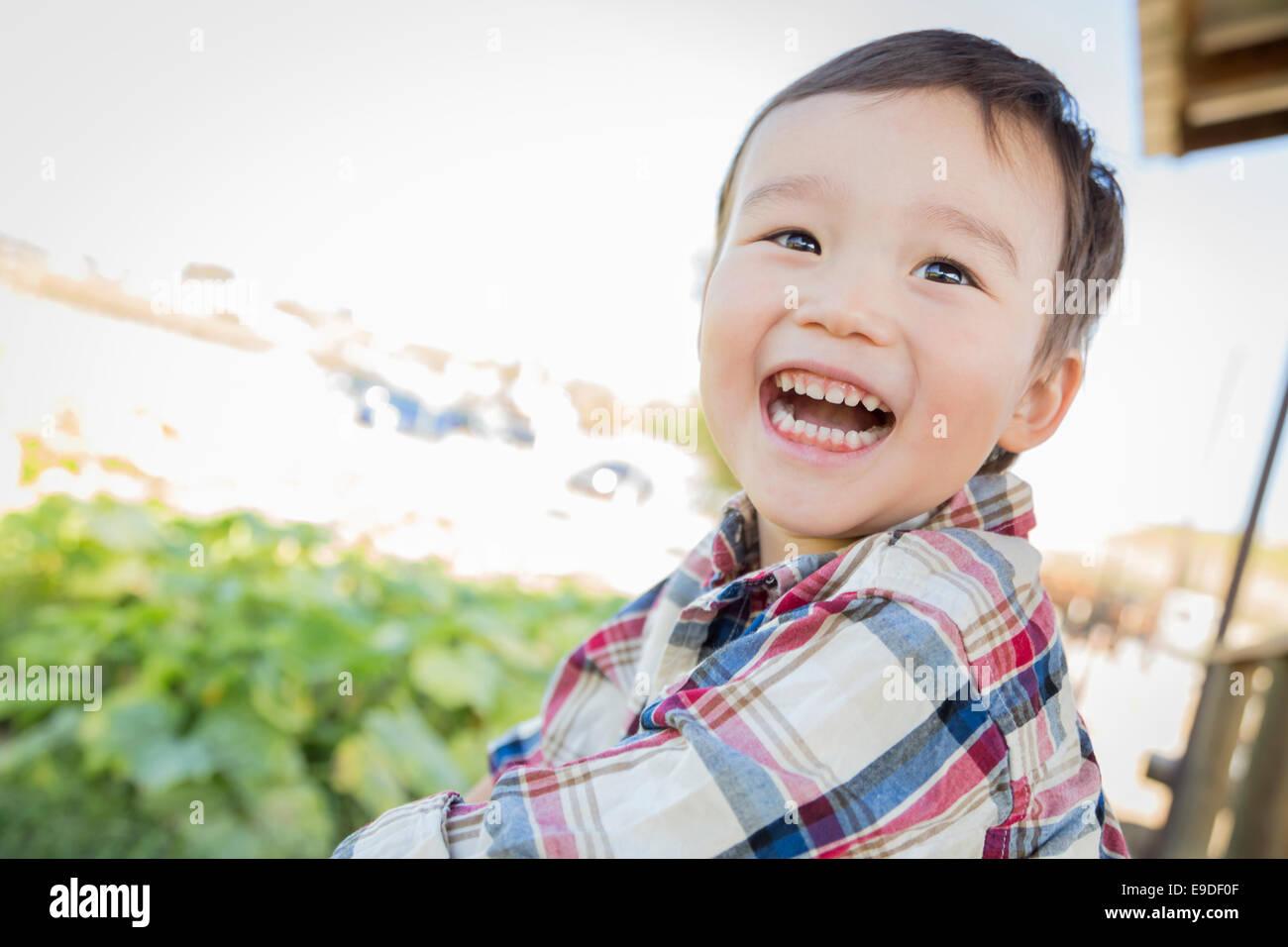 Carino razza mista giovane ragazzo divertirsi al di fuori. Immagini Stock