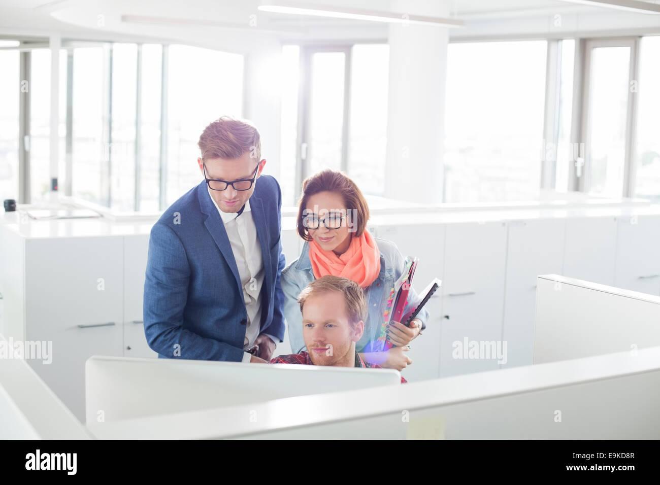 La gente di affari lavorando sul computer in ufficio creativo Immagini Stock
