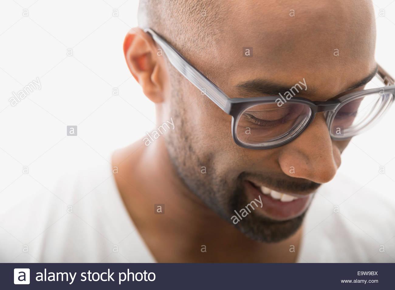 Close up uomo in occhiali da vista guardando verso il basso Immagini Stock