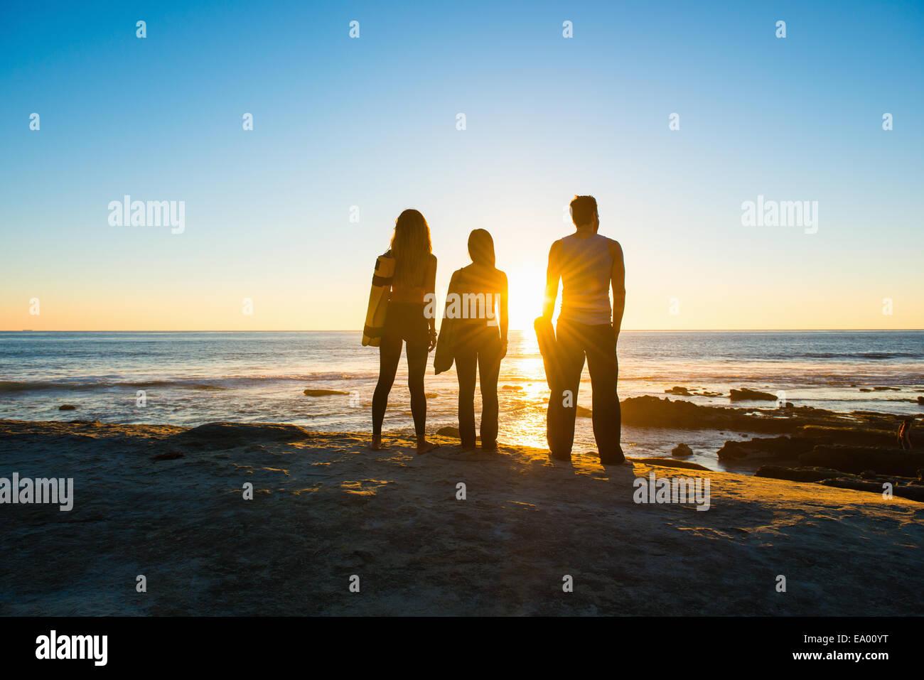 Tre persone a Windansea beach, La Jolla, California Immagini Stock