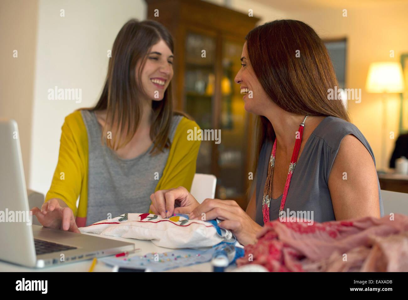 Amici facendo ricamo insieme Immagini Stock