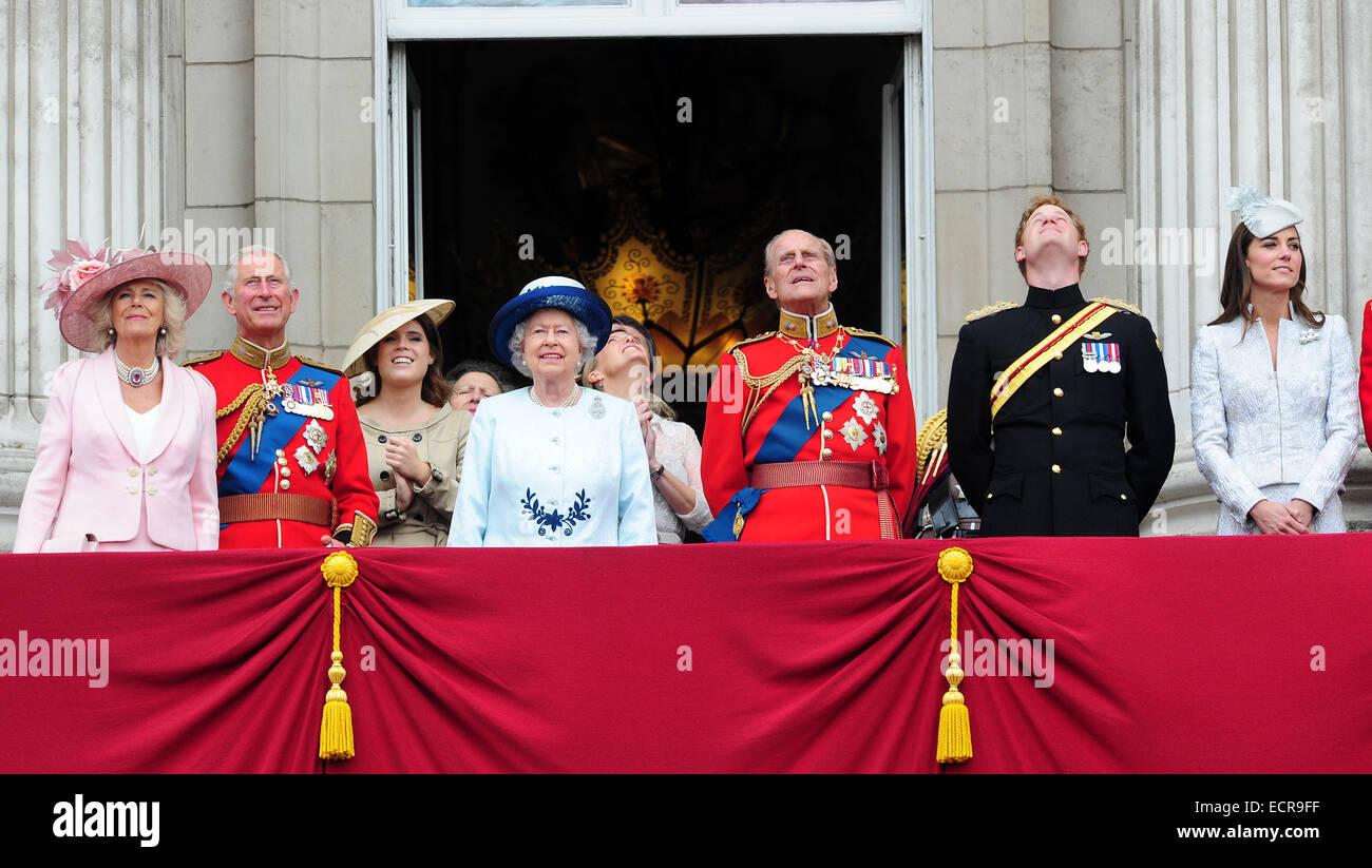 I membri della famiglia reale britannica sono visti godendo il Trooping delle celebrazioni del colore sul balcone Immagini Stock
